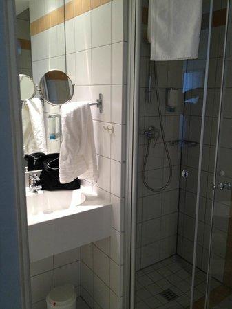 Dorint Hotel Köln-Junkersdorf: Bathroom