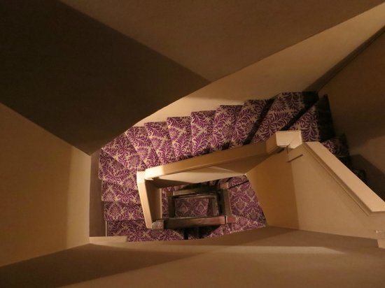 Hotel Odeon Saint-Germain: Stairwell in the hotel