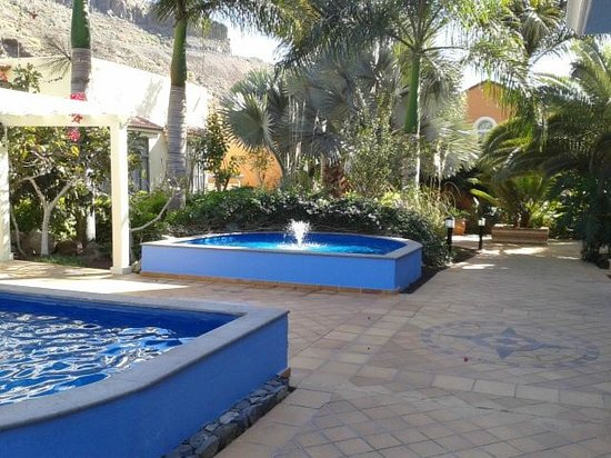 Cordial Mogan Playa:                   accès de l'escalier pour accèder à la chambre bordé de deux fontaines