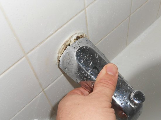 Wellinton Retreat: Loose spout without leaking when opening showerhead