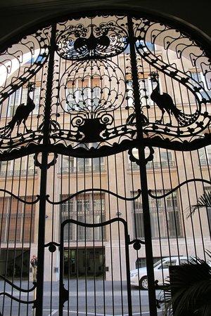 Four Seasons Hotel Gresham Palace:                   Puerta de Hierro forjado con pavos reales