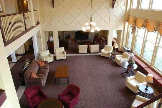 Golden Eagle Lodge: Spacious Lobby