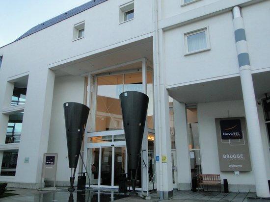 Novotel Brugge Centrum: Entrada del hotel, situada en una zona interior.