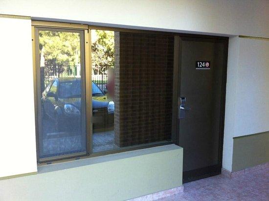 Land Express Hotel:                   La puerta de la habitación da al exterior