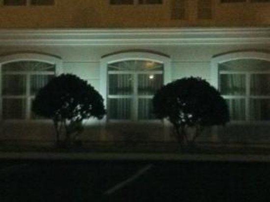 Country Inn & Suites By Radisson, Port Canaveral :                   Outdoor lighting that shines directly into hotel rooms