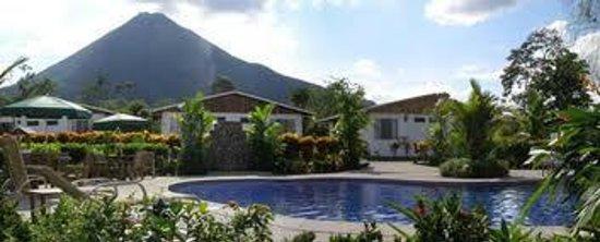 Hotel Villas Vilma: Piscina y jacuzzi con vista al Volcán Arenal