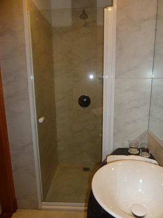 Alma del Lago Suites & Spa: lovely shower, all very clean and smart