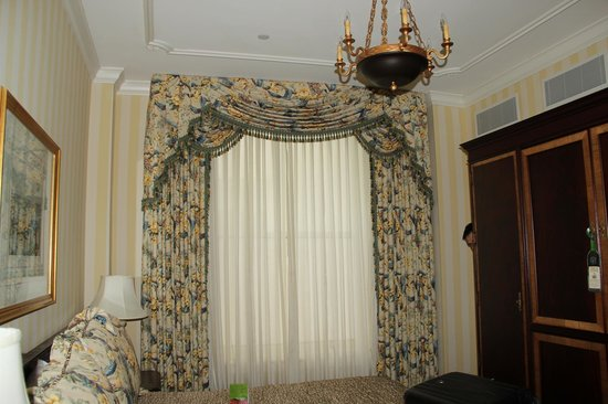Hotel Monteleone: Rooms has high ceiling