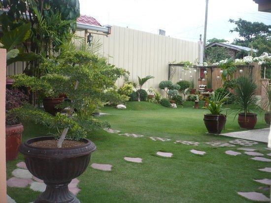 Malonzo Pension House: Garden
