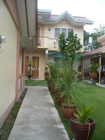 Malonzo Pension House: Hotel & ground