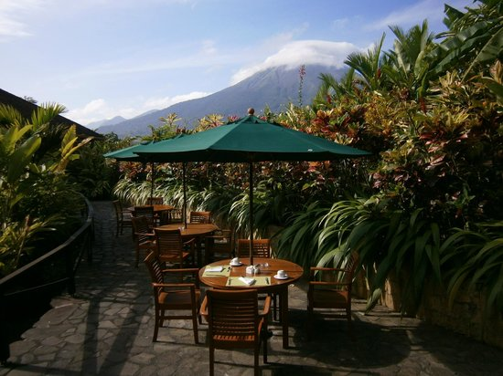 Nayara Resort Spa & Gardens: Breakfast area with volcano view