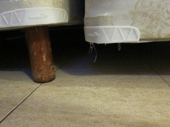 Hotel Riu Cancun:                   Missing Bed Leg