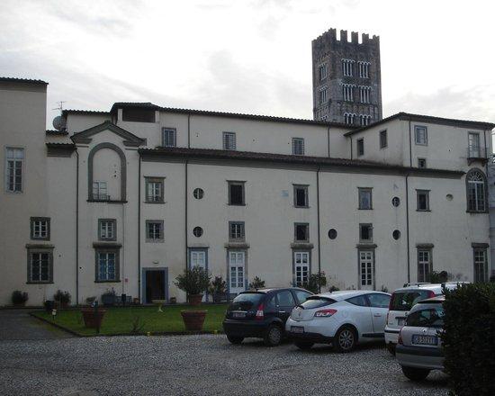 Ostello San Frediano:                   ingresso dal parcheggio