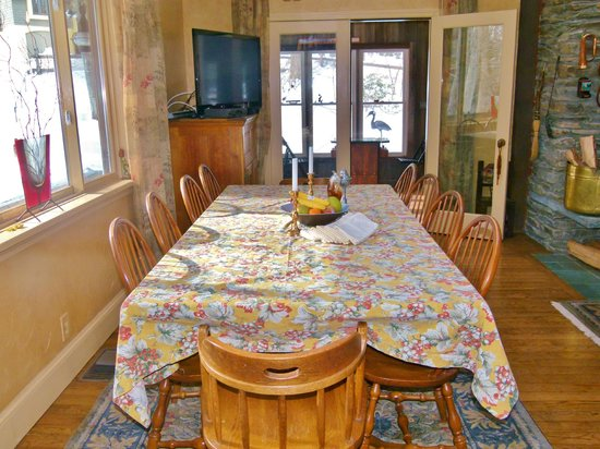 Yoga BnB: Dining with guests