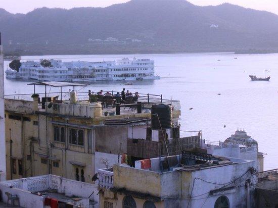 Hotel The Sajjan Villa:                   lake view from top floor room.....
