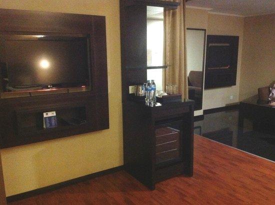 Best Western Mangga Dua Hotel and Residence: The two flatscreen tvs.