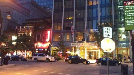 MileNorth Hotel: Hotel Next to Gino's