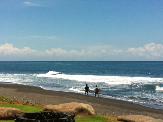 Komune Resort, Keramas Beach Bali: Surf beach out front
