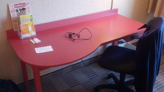 La Quinta Inn & Suites Elmsford:                   Your Basic Desk