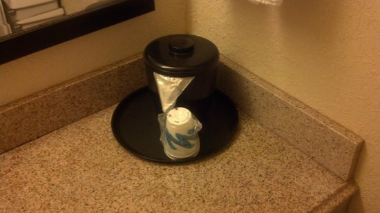 La Quinta Inn & Suites White Plains - Elmsford:                   Closeup of Ice Bucket and Cups
