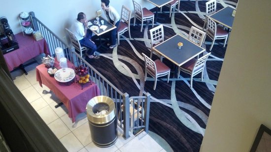 La Quinta Inn & Suites White Plains - Elmsford:                   Lobby Eating Area