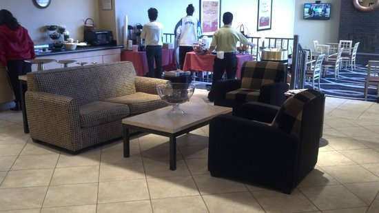 La Quinta Inn & Suites Elmsford :                   Continental Breakfast Area