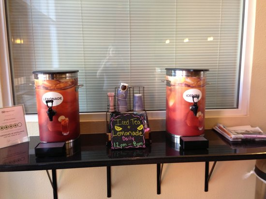 Holiday Inn Express Hotel and Suites Scottsdale - Old Town: Iced Tea served in Lobby