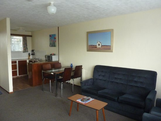 Anchor Motel & Timaru Backpackers: 2 bedroom unit lounge