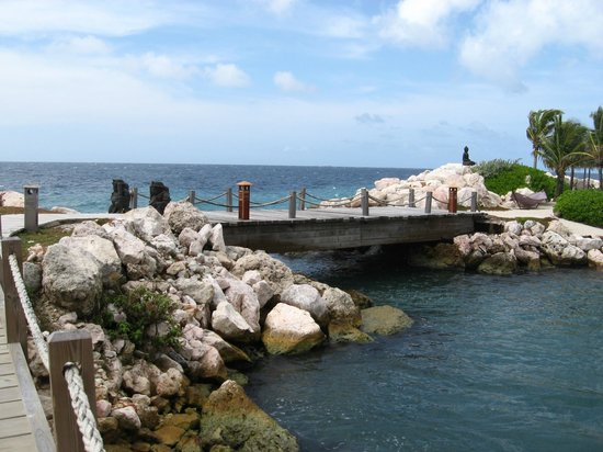Baoase Luxury Resort:                   bridge conecting the islands