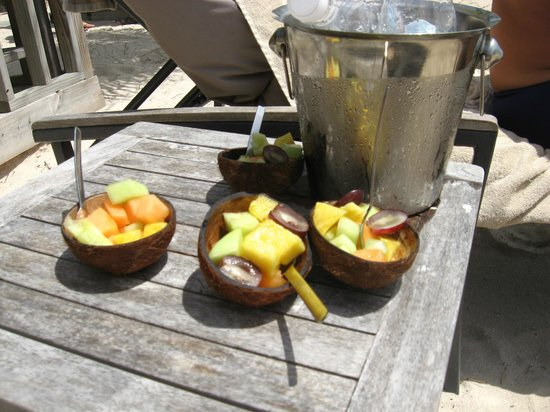 Baoase Luxury Resort:                   fruit salad served to beach visitors