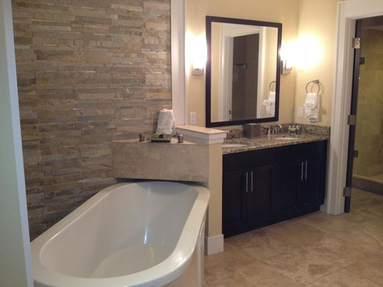 Oasis Lakes Resorts :                   Master Bathroom