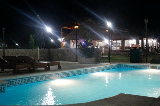Winds Hill Home Resort: Piscina y Restaurant de noche