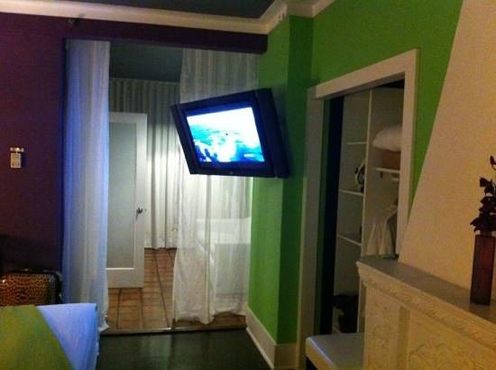 Chesterfield Hotel: Big flat screen tv