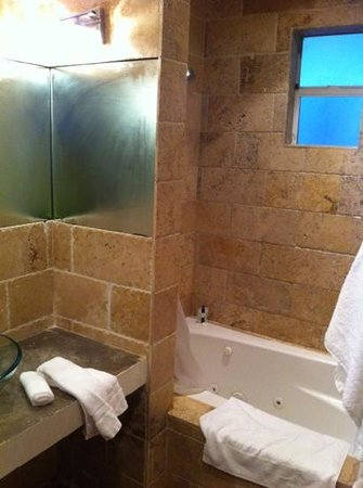 Chesterfield Hotel: Large bathroom