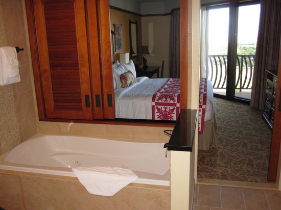 Aulani, a Disney Resort & Spa: soaking tub and bedroom