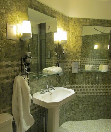 Ascot Hotel: View of bathroom