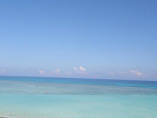 Nishihama Beach:                   海も空も青い