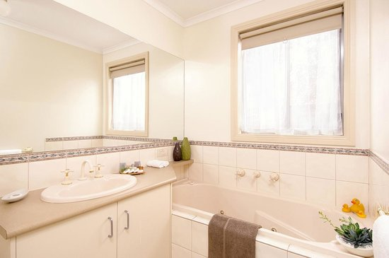 Apartments @ Forest Hill: Bathroom with separate bath and shower
