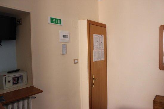 Hotel Santa Croce:                   Puerta de entrada de habitación