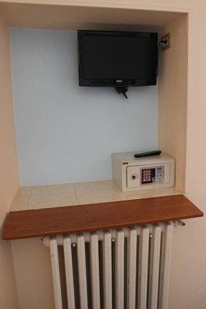 Hotel Santa Croce:                   Televisión LCD y caja de seguridad