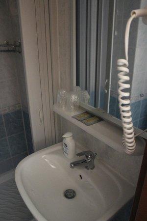 Hotel Santa Croce:                   Baño amplio