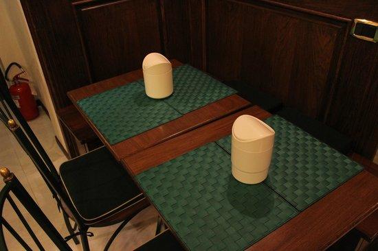Hotel Santa Croce:                   Mesas de comedor