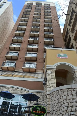 Courtyard by Marriott San Antonio Riverwalk:                   Best if you stay in middle rooms