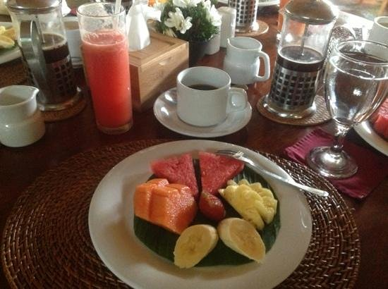 ‪جونجونجان أوبود هوتل آند سبا: Petit dejeuner (fruits - cafe - jus de fruits)‬