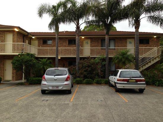 Hawks Nest Motel :                   Motel facade