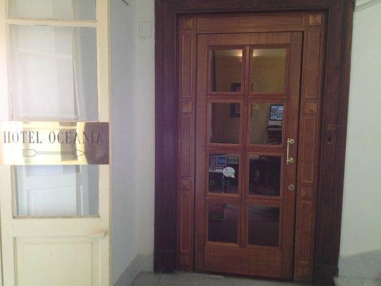 هوتل أوشنيا: Hotel entrance