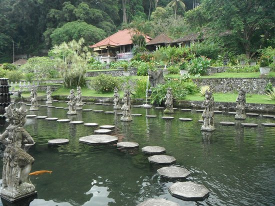 قرية تيرتا جانجا:                   Water palace                 
