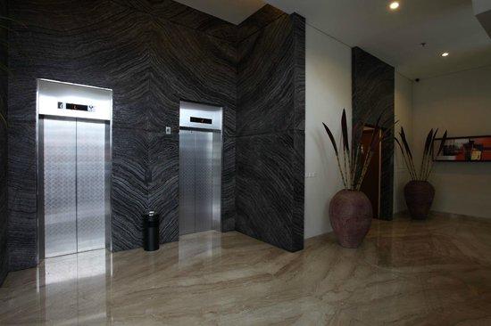 Avissa Suites: Hotel Elevator at Lobby
