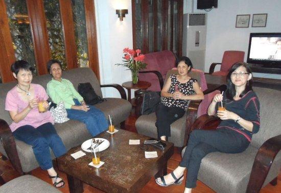 BEST WESTERN Vientiane Hotel : Enjoying refreshment at the Lobby lounge