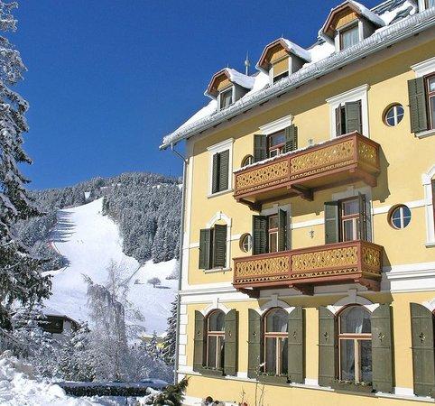 Das Hotel Monte Sella und im Hintergrund die Skipiste des Kronplatz
